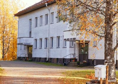 Toipumo päihdekuntoutus Sonkajärvi. Päärekennus kuvattu syksyllä.