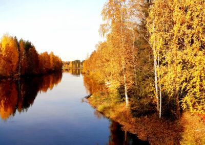 Toipumo päihdekuntotus ja päärakennuksen läheisyydessä sijaitseva Syysjoki.
