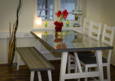 Ryhmätilan pöytä.